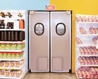 Porta vai e vem rebiplast com vedação rb250cv instalada um supermercado